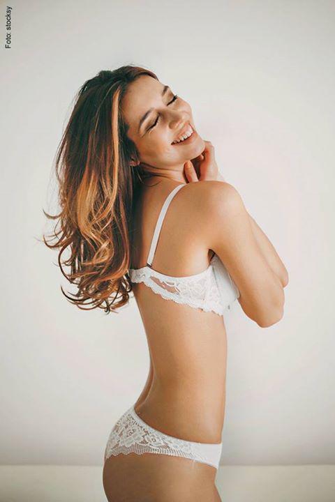 """Gut zu wissen: """"Die Haut isst mit!""""  Je straffer der Unterbau, desto glatter die Haut. Regelmäßiges Muskeltraining ist schon mal eine gute Voraussetzung – dazu eine ausgewogene Ernährung. Diese Inhaltsstoffe tun Haut und Haaren gut: Vitamin C – fördert die Zirkulation von Flüssigkeit im Gewebe und stärkt somit das Bindegewebe.  Enthalten in frischem Obst und Gemüse, zum Beispiel Zitrusfrüchten und Johannisbeeren. Vitamin E – hilft der Haut, Feuchtigkeit zu speichern, und bei der…"""