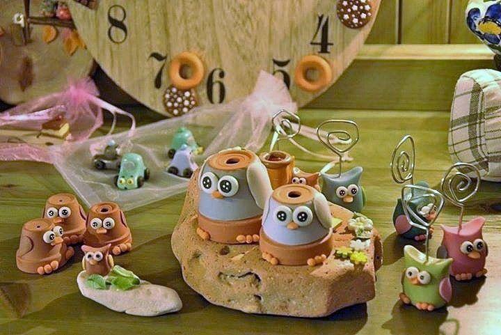 Gufetti realizzati con piccoli vasi di terra cotta, decorati con pasta di mais.