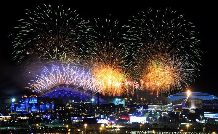 Artificii explodează deasupra parcului olimpic, în timpul ceremoniei de deschidere a Jocurilor Olimpice de Iarnă desfăşurate în Soci, Rusia, vineri, 7 februarie 2014. (  Alexander Nemenov / AFP  ) - See more at: http://zoom.mediafax.ro/sport/soci-2014-partea-i-12078340#sthash.MTlduSkN.dpuf