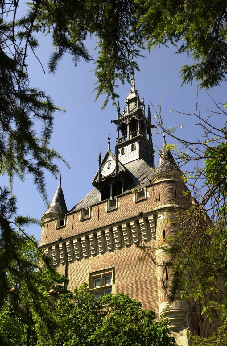DONJON DU CAPITOLE - Construction du XVIe siècle, cette ancienne tour des archives abritait les documents précieux et les archives de la ville. Depuis 1946, l'office du tourisme est installé dans le Donjon.
