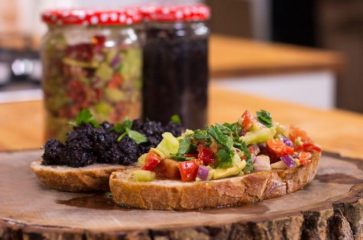 Avokado Ezmesi Malzemeler:  2-3 adet avokado 1 adet domates 1 adet kırmızı biber 1 adet yeşil biber 1 adet kırmızı soğan 2 diş sarımsak 1 adet limon 4-5 yemek kaşığı zeytinyağı Karabiber Tuz