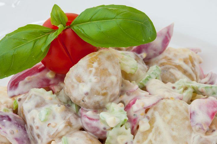 Salát Gurmet salát z malých brambůrků, ředkviček, řapíkatého celeru se smetanovohořčičným dresingem