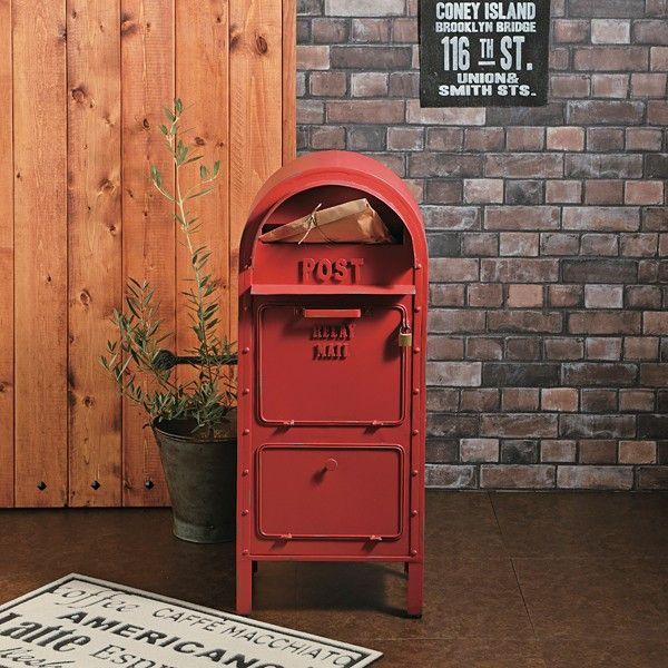 アメリカンヴィンテージをテーマにしたおしゃれな郵便ポスト!アメリカのクラシックな公共用郵便ポストをモチーフにしたデザインで、存在感は抜群です。上段の投函口はワイド設計で、新聞や郵便物はもちろん、回覧板やメール便の受け口にも使うことができます。中段のスペースは網棚になっており、万が一、雨などの水が侵入しても水浸しになることを防ぎます。(※完全防水仕様ではありません。)南京錠も付いているので、盗難対策もバッチリ!下段の収納スペースはメッシュ棚で、荷物毎に上下の使い分けができる他、スコップや軍手などガーデニング用品を入れるスペースとしても良いですね!サイズ本体:幅36×奥行29.5×高さ90cm投函口:幅27×高さ3.5cm上段取出口:幅25.5×高さ21cm下段取出口:幅25.5×高さ26cm材質スチール備考南京錠付き、アジャスター付※アンティーク加工のため、塗装のハゲ、サビ、ムラ、ヘコミ、傷をあえて出しています。納期通常1〜3営業日以内で出荷致しますが、メーカー在庫品のため、在庫更新のタイミングによっては、ご注文後に品切れとなる場合がございます。予め、ご了承くださいませ。