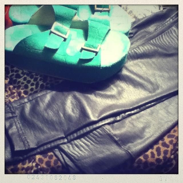 BOHEMIA Accesorios!!    Mis patas negras de cocodrilo + chalas verdes + polera de leopardo