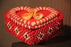 Film jest poradnikiem pokazującym jak złożyć pudełko w kształcie serca z origami modułowego. 3D Origami heart-shaped box tutorial. Przydatne linki: Fanpage n...