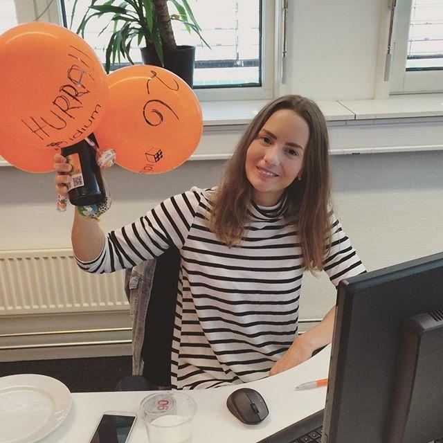 Vår kjære @elizabethmedz fyller 26 fine år i morgen! Vi feirer litt i dag også, så klart! #bursdag #bursdagsfeiring #jobbursdag #happybirthday #26 #ballonger #balloons #champagne #stripes #haenfindag #happygirl