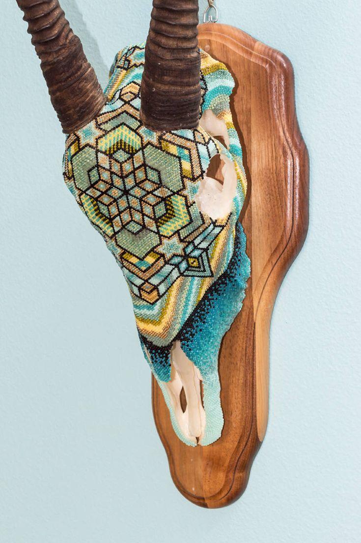 Harrison Carter Watkins est un graphiste texan qui orne des crânes d'animaux à cornes avec des perles de toutes les couleurs. Il utilise de la paraffine, de la résine de pin et une mixture de cire d'abeilles pour coller ses perles et former des motifs aztèques et géométriques, en référence à ses origines du sud-ouest.