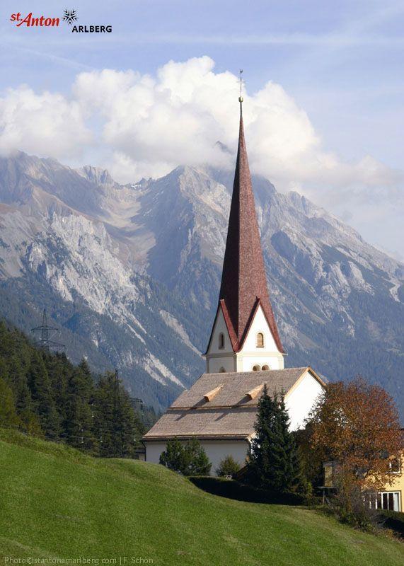 Die Pfarrkirche St. Jakob am Arlberg. Die heutige Barockkirche wurde bereits 1275 urkundlich erwähnt und ist somit die älteste Kirche des oberen Stanzertales.