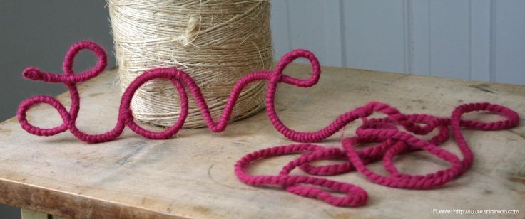 Para los amantes del DIY, palabras de alambre recubiertas en lana.