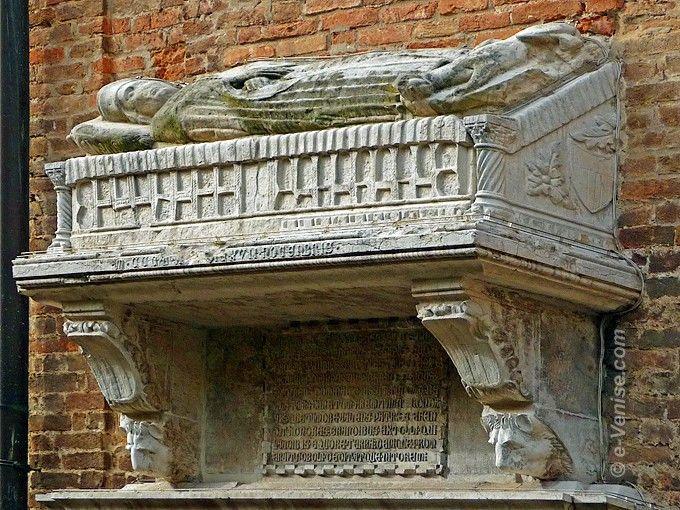sarcophage de Giovanni Priuli, Capitaine et sénateur de la république de Venise Campiello del Piovan dans le sestiere de San Polo à Venise. Son chien est représenté à ses pieds.