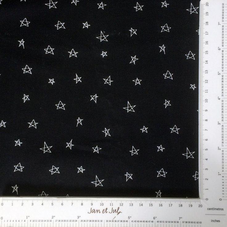 Tela negra con estrellas irregulares Espectacular tela negra con estrellas modernas y desiguales. La tela perfectea para realizar un proyecto actual, original y divertido.