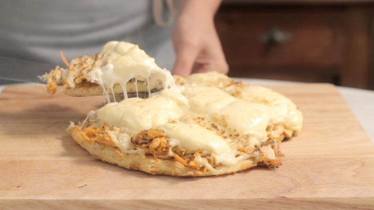 Recipe with video instructions: You don't need an oven to make deliciously cheesy chicken flatbread. Ingredients: Olive oil for sautéing, ½ onion, diced, 1 clove garlic, minced, 10 ½ oz cooked chicken breast, shredded, 2 tablespoons tomato paste, 1 pinch of salt, 1 teaspoon oregano, 1 egg, 1 cup of milk, 4 tablespoons olive olive, 6 tablespoons of flour, 1 tablespoon of cornstarch, 1 pinch of salt, 1 teaspoon baking powder, 3 ½ oz grated mozzarella cheese, 7 oz cream cheese