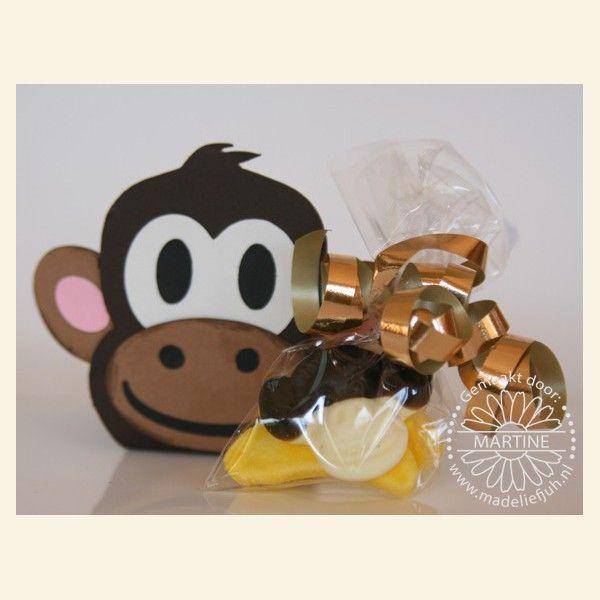 Omdat het dochtertje van CT-er Martine (Madeliefjuh) graag wilde trakteren op Apekop-snoepjes op Dierendag, heb ik dit doosje gemaakt. Uiteraard kun je er van alles in doen wat je lekker vind. Ook leuk om bijv. met een verjaardag te trakteren.