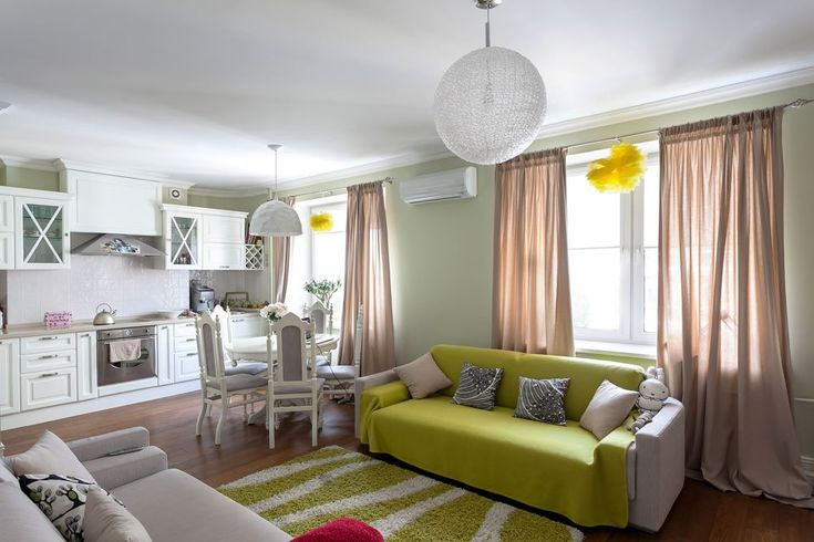 Цветовое решение гостиной: салатовый, белый, кремовый.