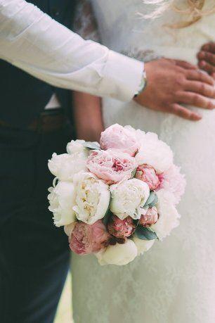 Букет невесты: розовые и белые пионы