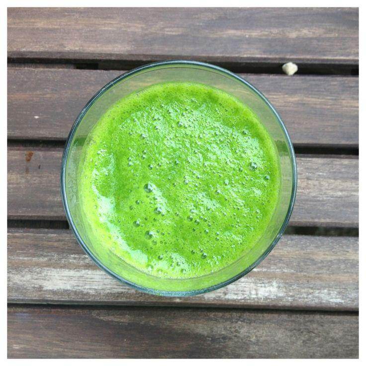 Grön smoothie 1 banan eller avokado 1 äpple 1 päron 100 g spenat eller mer efter smak saften från1/2 citron eller så mycket som du gillar 4 dl vatten