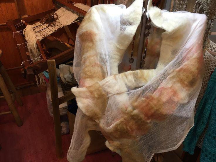 Pañoleta de gasa con fieltro lavado de Tilonka Lanas. CLP 35.000