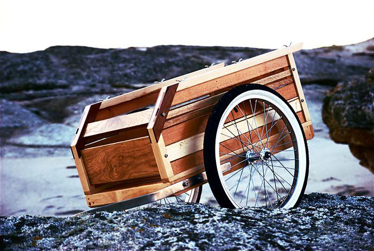 Le vélo utilitaire, mais pas sans style. Dernière née de l'atelier, voici la remorque de vélo tout en bois, assemblage de différentes essences de bois nobl