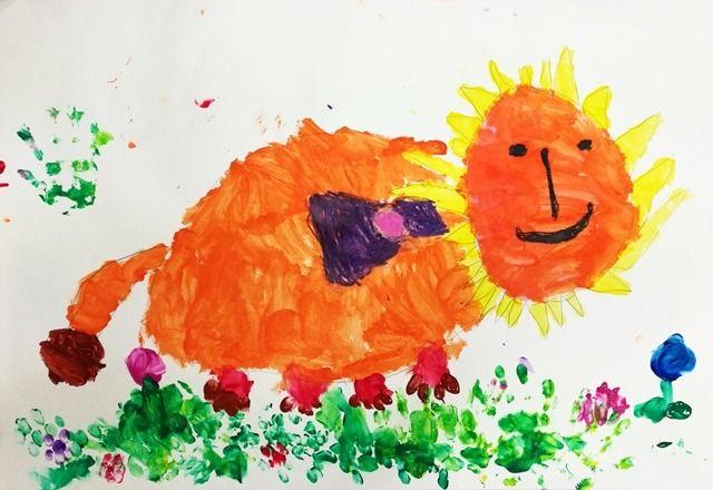 아이가 해처럼 밝고 따뜻한 느낌의 사자 한 마리를 그렸길래 거실 벽에 걸어놓았더니 집이 한결 환해진 느낌이다. 엄마 눈에는 마냥 훌륭하고 대견한 그림이건만, 아이는 사자 등에 달아준 리본 색이 생각보다 진하게 됐다고 아쉬워했다. 많이 컸다, 우리 딸.