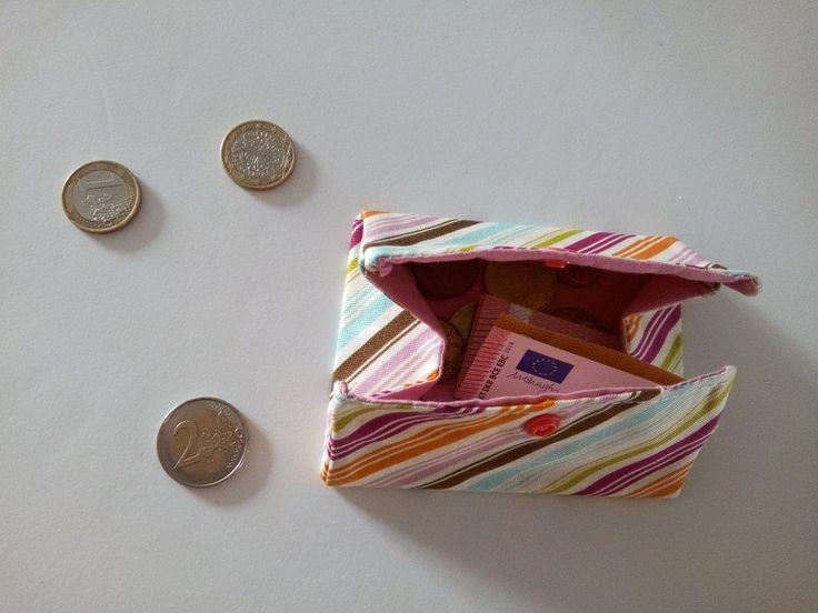 Il y a quelque jour, j'ai eu envie d'un nouveau porte monnaie, j'ai donc réfléchi un peu car je savais que j'en voulais un petit mais pratique et pas un comme tout le monde. Quand j'ai trouvé mon idée, je...