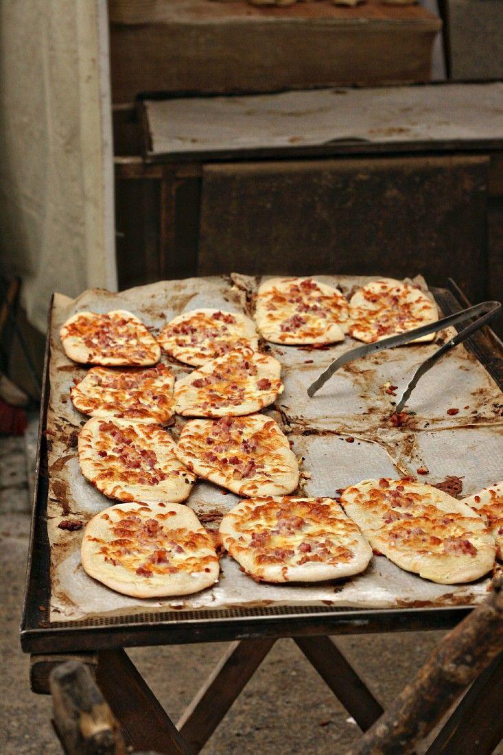 Kleine Flammkuchen mit Speck und Bergkäse – das freut jeden Partygast! http://eatsmarter.de/rezepte/kleine-flammkuchen