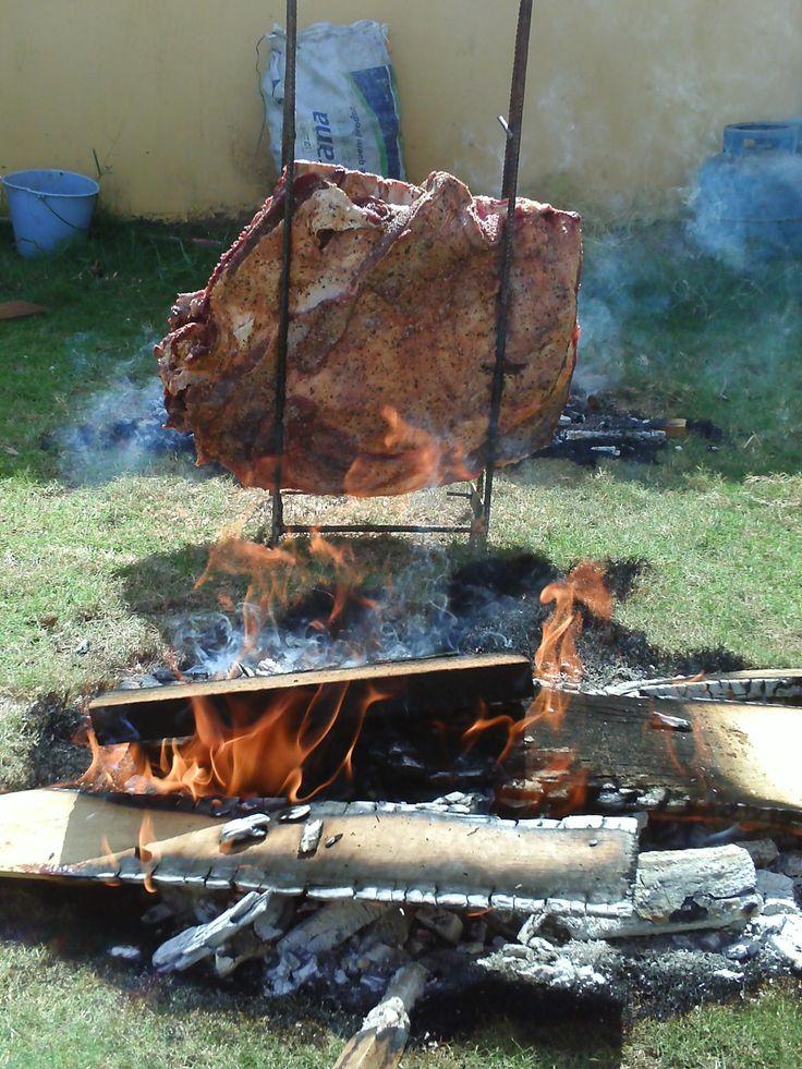 1 costela mindinha de aproximadamente 15 kg  - 2 kg de sal grosso  - 500 ml de cachaça  - Espeto especial para costela fogo de chão  - Lenha  - 2 sacos de carvão de 5 kg  - Álcool combustível  -