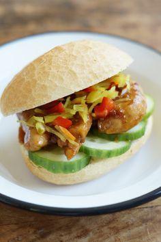 Kip in Oestersaus is gewoon heerlijk. Dat op een broodje met de saus erover maakt een prima lunch.