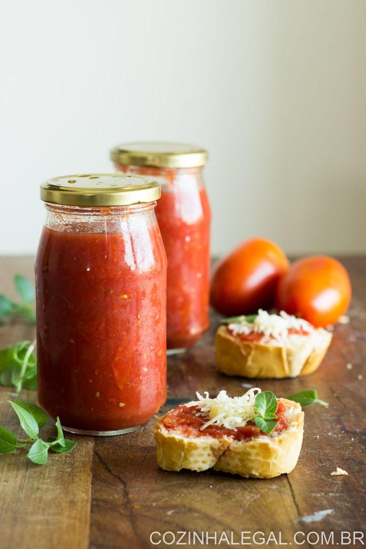 Esse molho de tomate caseiro é fácil e rápido de fazer. Ele pode ser utilizado como base em uma pizza, um molho de massa ou para ser servido com uma carne assada suculenta | cozinhalegal.com.br