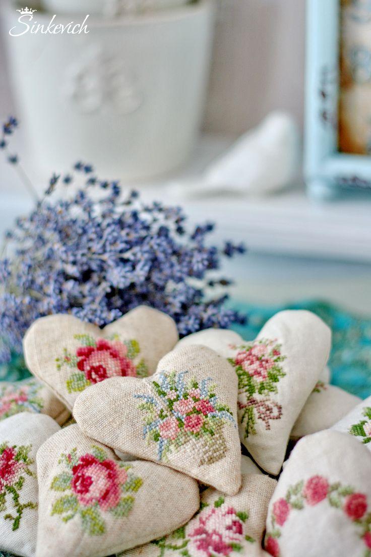 Вышивка крестом на маленьких сердечках-саше
