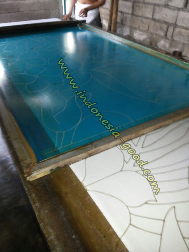 Ecran de serigraphie pareos batik. Screen printing sarongs