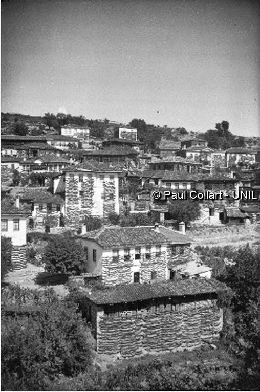 Μακεδονία, χωριό Τρίτα, ξήρανση του καπνού στις προσόψεις των κατοικιών.  Paul Collart 1926 έως 1938. Πηγή: Liza's Photographic Archive of Greece - Φωτογραφικά άλμπουμ της Ελλάδας.