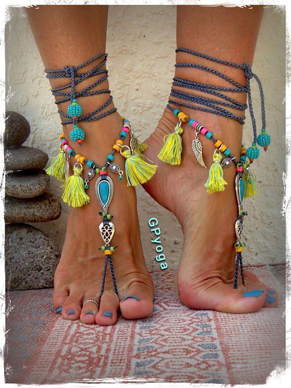 Sandales d'été IBIZA par GPyoga Toujours un design unique. Ne copiez pas en aucune façon. **********************************************************************************~ Cette liste est pour une paire de sandales aux pieds nus avec un cordon gris moyen. La pièce maîtresse est une pierre de howlite turquoise en forme de larme dans un cadre argent ouvragé, jumelé avec un morceau de chute LOTUS fleuri. (chaque pierre a sa propre matrice unique) L'esprit exaltante, la dentelle de la…