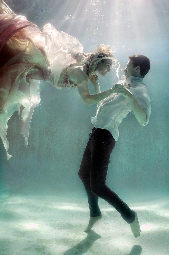 Amor bajo el mar Esta parejita ha elegido un lugar íntimo donde los haya, nada más y nada menos que el fondo marino. Marianela realiza un baile nupcial flotando en la ingravidez de las aguas con su novio Peter. Ellos han jurado amor eterno bañados...