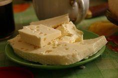 сыр. -1 литр молока -1 ст.л.соли -200-300 г. сметаны -3 яйца Молоко ставим кипятить, посолив его. В это время взбиваем сметану с яйцами. Как молоко закипит, добавляете сметанную смесь и помешивая кипятите около 5 мин. как только масса отделиться от сыворотки, откидываем эту массу на ситечко. Даем стечь жидкости. Через несколько часов можно есть!