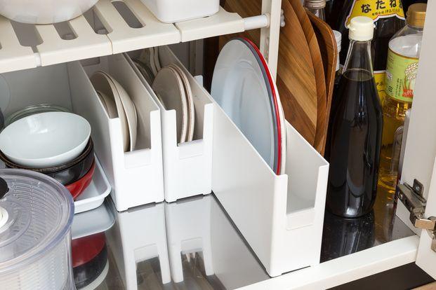 収納のプロによるアドバイスのもと、「片づけられない女」代表読者のお宅を劇的に片づけるこの企画。使いにくい汚キッチンを「料理しやすい美キッチン」に変化させるまでの様子をお届けします。今回は、具体的な収納テクやオススメの収納グッズをご紹介! キッチンの片づけに悩む人は要チェックです。