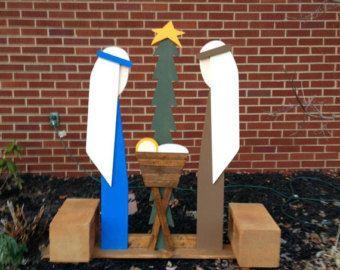 Fabriqués à la main en plein air en bois scènes de la Nativité à vendre!  Cet ensemble est de Marie, Joseph et bébé Jésus. 36 de large x 48 de haut.  Nous avons aussi un berger et un jeu de sages.  Cette liste particulier est pour la livraison à votre adresse !  Si vous êtes capable de ramassage ou être livré autour de Columbus, Mansfield, Lexington, Ohio les environs, s'il vous plaît nous contacter avant l'achat de sorte que nous pouvons enlever les frais d'expédition.  Toutes les…