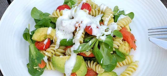 Deze pastasalade met gerookte zalm, avocado en een yoghurt-dille dressing staat snel op tafel. Lekker met bruschetta's, hier mijn recept.