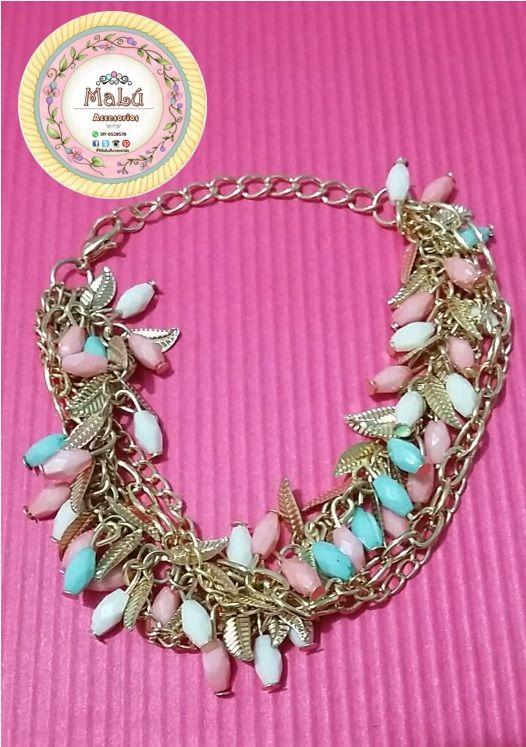 Hermosa pulsera elaborada en cadeneta dorada con perlas de color rosa, azul y blanco, acompañada de pequeñas hojas doradas. Accesorios únicos de #Malú.  $15.000 Ventas al por mayor y al detal. Whatsapp  311-6528578