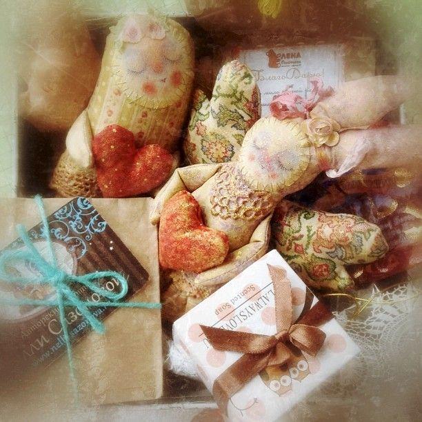 Ах! Открыла сейчас железную коробку с птицами, приобретенную на выставке, а оттуда запахло как в детстве конфетами!!! Спасибо Юле Тумановой! А еще у меня тут преобретенные на выставке ангелы от Ольги Март,винтажные кружева и подарки от @ddash16 @nellisazonova и Лены Голофаевой :) Уииии!!! Счастлива!!!