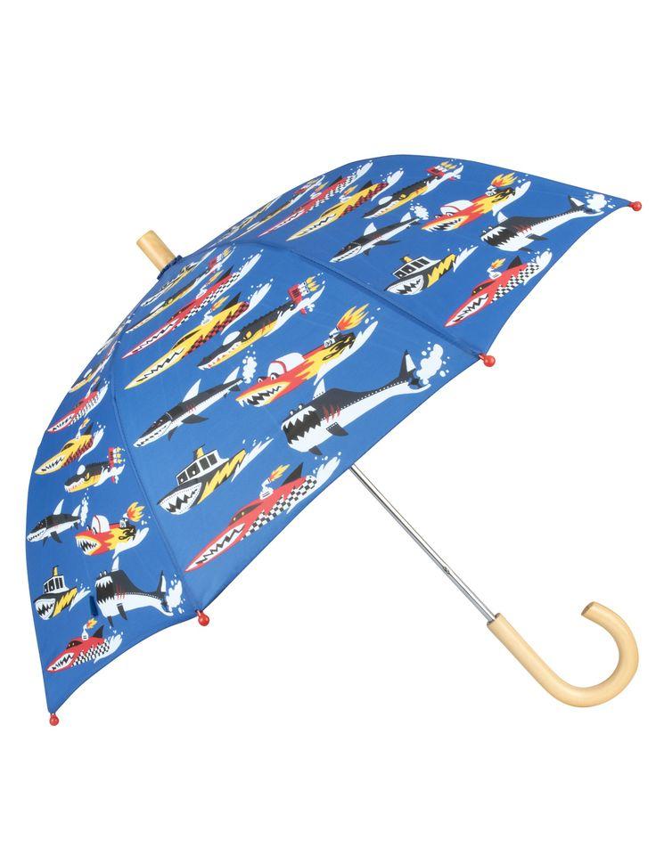 Blauwe regen kinderparaplu van het merk Hatley  Deze stevige blauwe regenparaplu speciaal voor kinderen heeft een print van Monster boats (boten in de vorm van monsters) De paraplu heeft een stevig houten handvat, het doek is van 100% polyester.