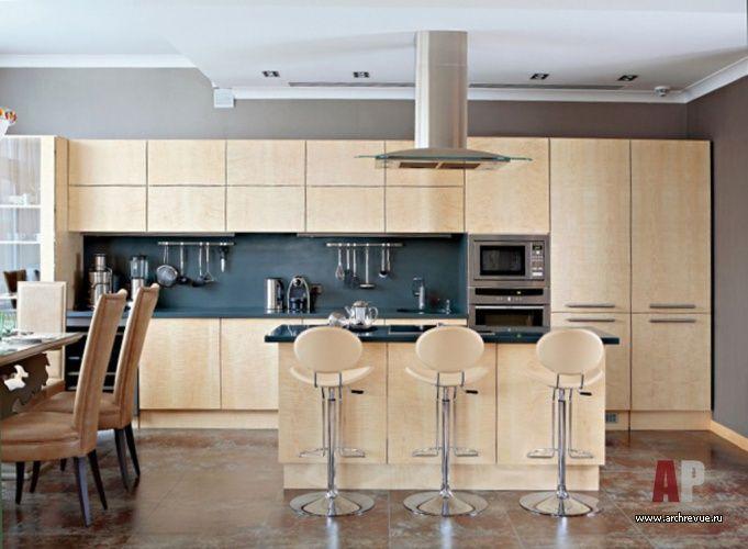 Дизайн интерьера четырехэтажного таунхауса | Кухня выделена крупноформатным керамогранитом с эффектом ржавого металла, поставщик BARS RED. Фасады гарнитура выполнены из светлого клена. Стулья обиты натуральной бежевой кожей.