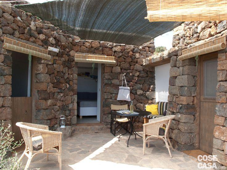 Un dammuso a Pantelleria è stato sottoposto a un intervento conservativo nel rispetto del paesaggio per ottenere una mini abitazione.