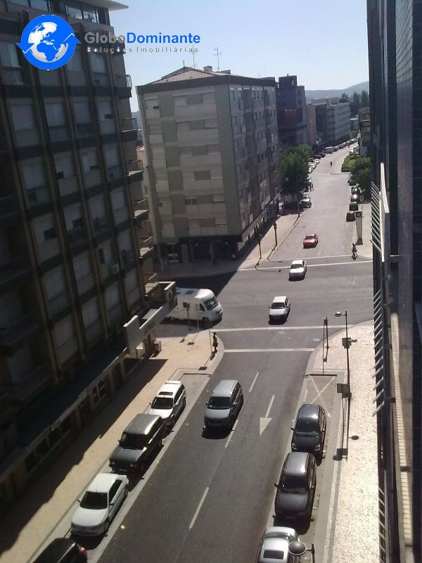 Apartamento T1 semi mobilado e equipado com:Porta blindadaVidros duplosGás de cidadeFibra optica2 Despensas2 Frentes, com muita luz natural.5ª andar com elevador.Disponível a partir de 1 de Maio.