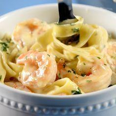 Prepara para la Cuaresma o para cualquier fin de semana esta deliciosa Pasta Alfredo con camarones. La textura cremosa de la salsa es incomparable . ¡Un deleite!