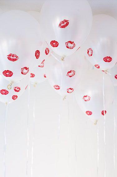 """GLOBOS """"BESOS"""" (Kissed Balloons): Utiliza unos globos color blanco, imprime pegatinas transparentes con dibujos de besos y pégalas #DecoracionParaSanValentin #IdeasParaSanValentin"""