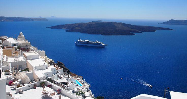 Εκεί που το Ηφαίστειο χάνεται στο βαθύ μπλε και το απόλυτο Λευκό κάνει σινιάλο στο θεό Ήλιο συναντάμε την Σαντορίνη. Την πιο όμορφη, την πιο πολυφωτογραφημένη νησίδα του Αιγαίου.Η Μοναδικότητα της Σαντορίνης προκαλεί δέος στον Επισκέπτη… Η πρώτη ...