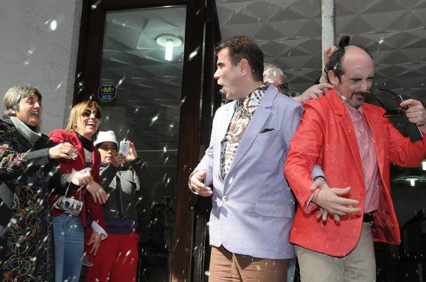 Esta mañana se casaron Rodrigo Borba y Sergio Miranda, primera pareja de homosexuales en contraer matrimonio en Uruguay. La pareja se había inscripto en el Registro Civil el 5 de agosto, apenas se habilitaron las anotaciones para casamiento por la ley de matrimonio igualitario.