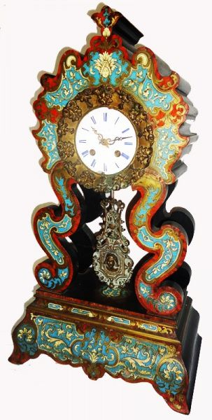 Magnífico relógio de mesa no estilo Boulle em madeira, casco de tartaruga e marfim, com pendulo em bronze, mostrador em porcelana, com marcas do fabricante. (relógio necessita reparos e mostrador com fios de cabelo), França séc. XIXMed.30 x 18 x 55cm alt.