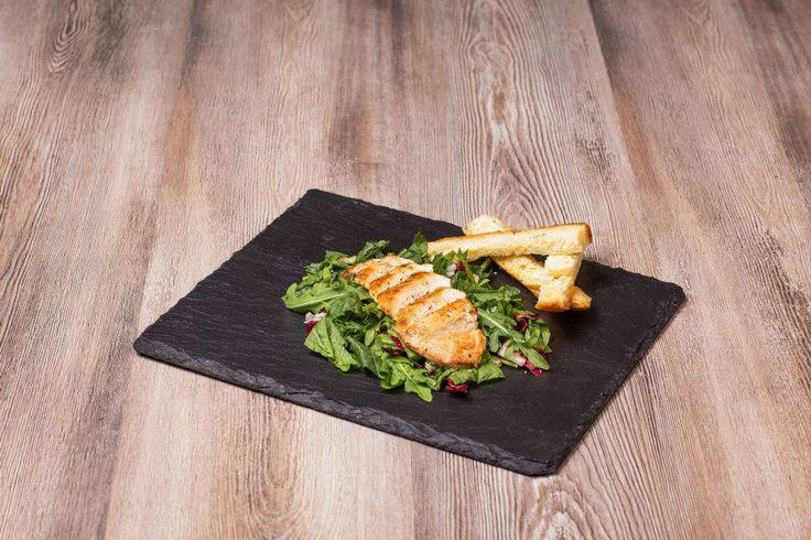 CHICKEN •insalata mista (radicchio,insalata verde,spinaci)  •tagliata di petto di pollo alla griglia http://www.bourmet.it/insalatone.php#Chicken