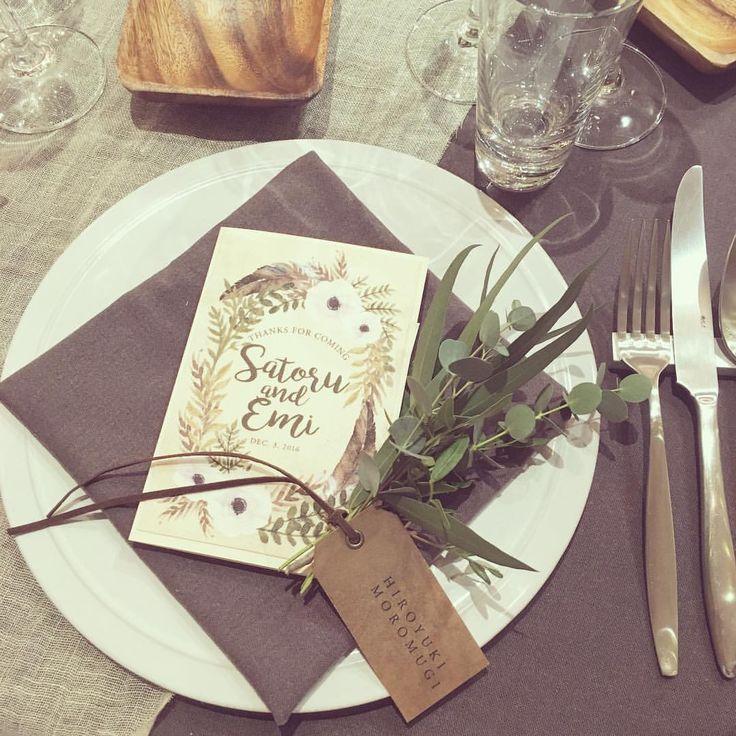 *having your back* テーブルコーディネート。 表紙に招待状と同様 ボーホースタイルのオリジナルデザイン。 開くとメニュー表と席次表が。 今回の表紙は布プリントしたもの。 席札はクラフト紙をハトメてロウビキにして 少し高級感漂う手触り。 トーションにグリーンを添えて..♡ decoration designer @kondo.tsg  paper designer @yagihara.tsg  #weddingtbt #weddingidea #boho #結婚式準備 #ペーパーアイテム #席次表 #メニュー表 #席札 #クラフト #クラフト紙 #ロウ引き #ハトメ #エスコートカード #ナフキン #テーブルコーディネート #ゲストテーブル #装花打ち合わせ #会場装飾 #ウェディングデコレーション #ボーホー #ボヘミアン #ナチュラルウェディング #ウェディング #ウェディングブーケ #ガーデンウェディング #プレ花嫁 #卒花 #2016秋婚 #2016冬婚 #2017春婚